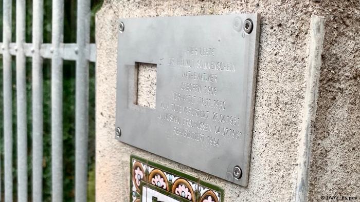 Табличка Последнего адреса с именем Хельмута Зонненшайна на воротах виллы в Наумбурге
