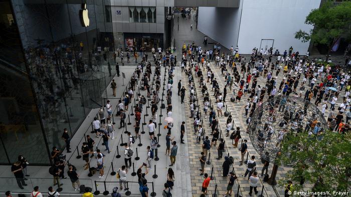 Largas filas en una tienda Apple recién abierta en Sanlitun, en julio, lo que sugiere que la economía de China está en camino a la recuperación. Pero los temores de una segunda ola están aumentando