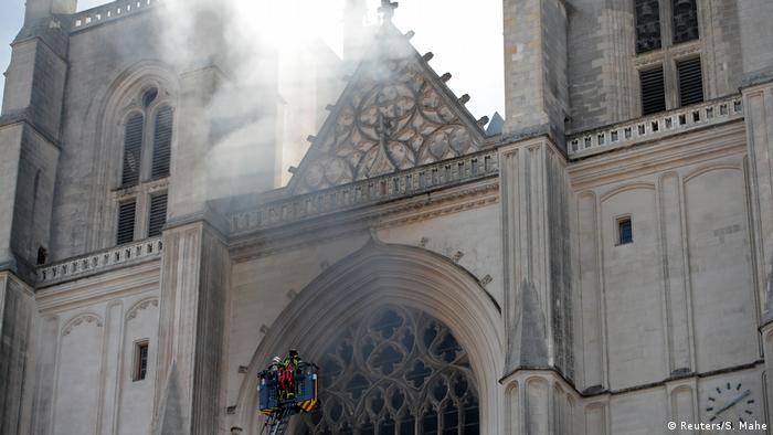 Пожежники повідомляють, що пожежу у соборі в Нанті вдалося взяти під контроль