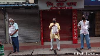 Indien Kalkutta | Coronavirus | Protest gegen Distanz-Regeln (DW/P. Samanta)