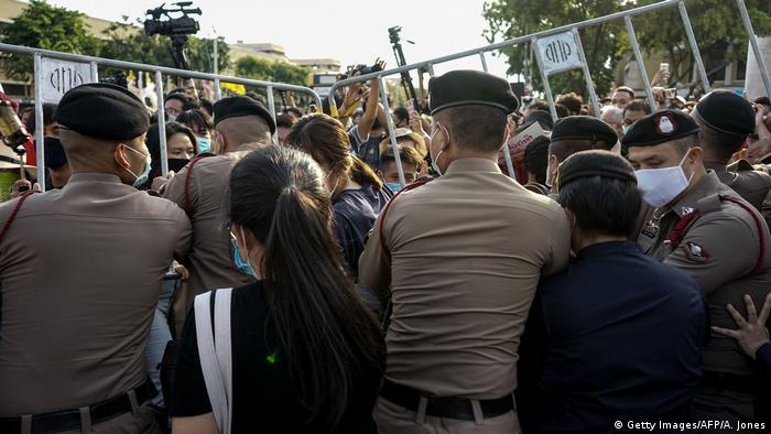 Polizisten versuchen Demonstranten vom Demokratie-Denkmal in Bangkok fernzuhalten