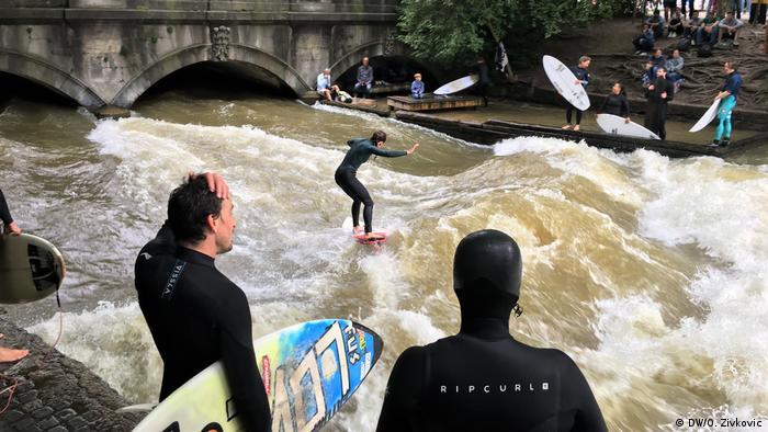 Deutschland I Surfer I Eisbachwelle in München (DW/O. Zivkovic)