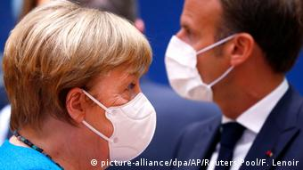 Ангела Меркель и Эмманюэль Макрон в защитных масках на саммите ЕС в Брюсселе