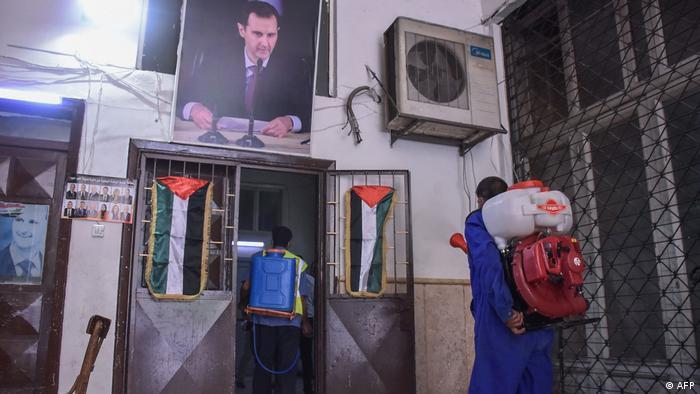 Вибори у Сирії відбуваються на тлі епідемії COVID-19. На фото виборчу дільницю дезінфікують