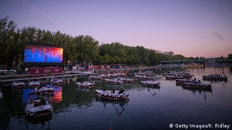 BdT I Bild des Tages I Le Cinema Sur L'Eau I Kino auf dem Wasser in Paris (Getty Images/K. Ridley)