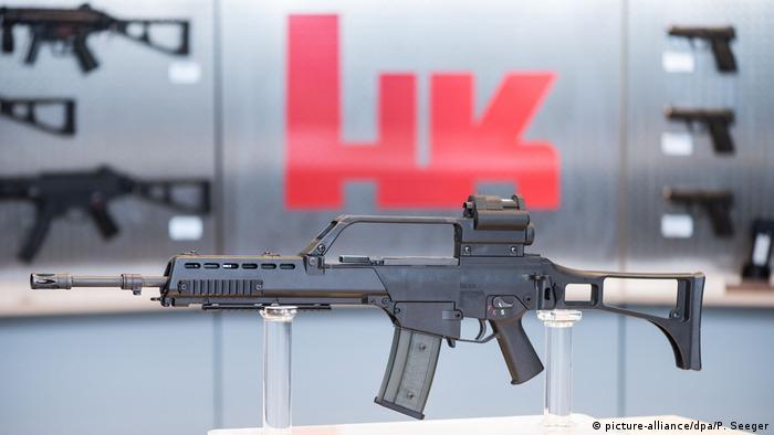 Das Sturmgewehr G-36 steht beim Waffenhersteller Heckler & Koch in einem Ausstellungsraum