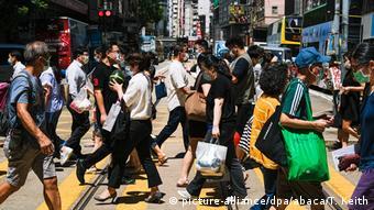 Прохожие на улице в Гонконге