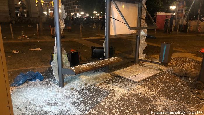 Разгромленная хулиганами автобусная остановка во Франкфурте-на-Майне