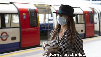 Женщина в медицинской маске на станции Stratford лондонского метрополитена