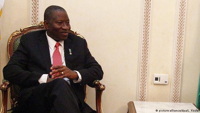Präsident von Nigeria Goodluck Jonathan (L)