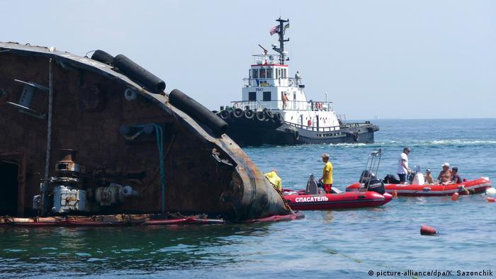 18 липня вперше танкер Delfi спробували витягти з моря