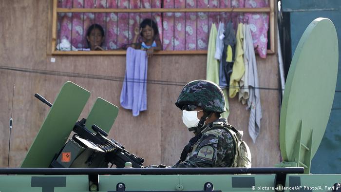 Militer Filipina berpatroli di jalan usai pemerintah kembali menjalankan karantina wilayah di kota Navotas, Manila, 16 Juli silam.