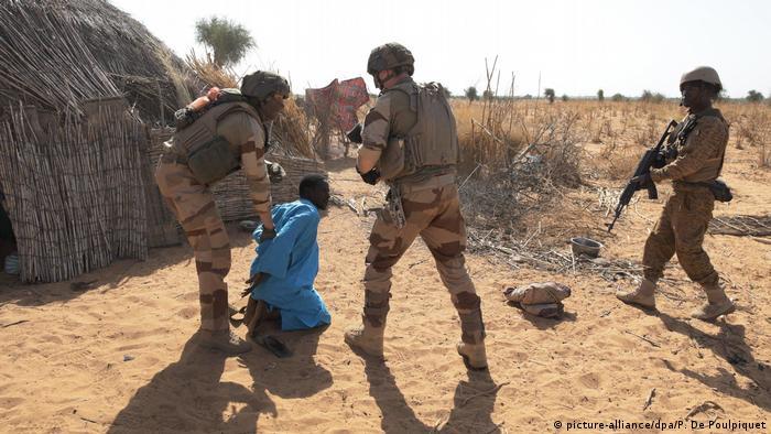 Des soldats français traquent les djihadistes dans le Sahel