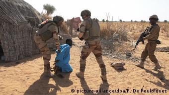 Des soldats de Barkhane traquant des terroristes au Burkina Faso
