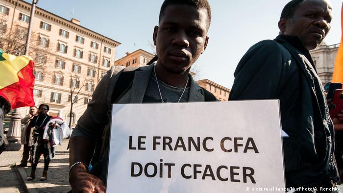Manifestant contre le franc CFA à Rome en Italie en mars 2019