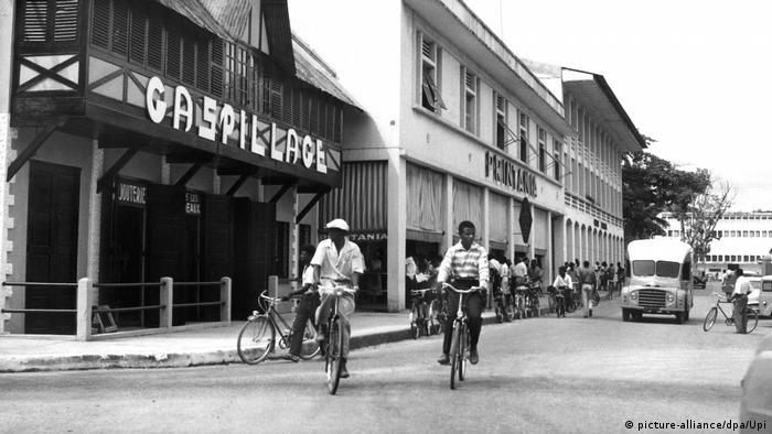 Kamerun wird unabhängige Republik Straßenszene 1960 (picture-alliance/dpa/Upi)