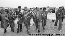 Zur Erinnerung an die mehr als 500.000 Sinti unter den Opfern des Nationalsozialismus legten Abgesandte von Organisationen der Sinti, die zum Teil in KZ-Kleidung erschienen waren, am Karfreitag, den 04.04.1980, im ehemaligen Konzentrationslager Dachau Kränze nieder. Dritter von links Romani Rose. Nach einem ökumenischen Gottesdienst traten ein Dutzend von ihnen in einen unbefristeten Hungerstreik mit dem Ziel einer vollen moralischen Wiedergutmachung. | Verwendung weltweit