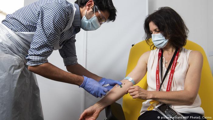 UK Uni Oxford meldet Durchbruch bei Corona-Impfstoff (picture-alliance/AP Photo/J. Cairns)
