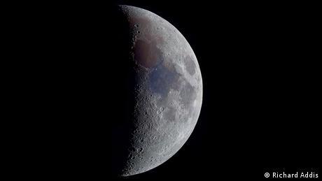 Foto da Lua parcialmente sombreada