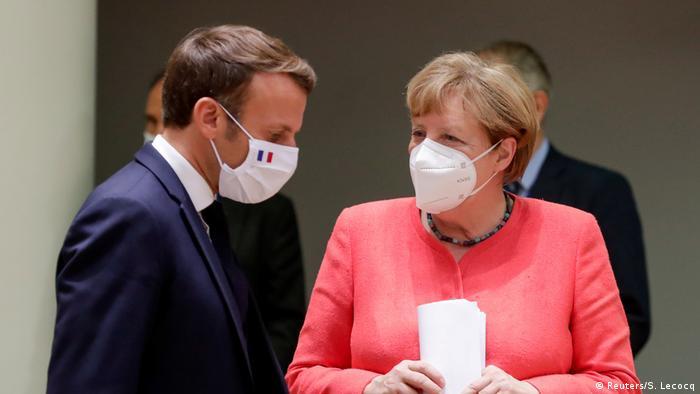 Emmanuel Macron e Angela Merkel de máscara