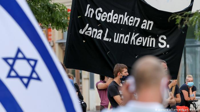 Demonstrators in Halle holding Israeli flag and sign with victims' names (picture-alliance/dpa/J. Woitas)