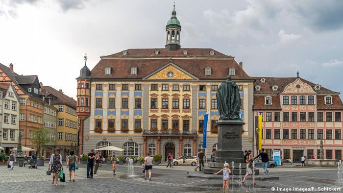 Coburg Rathaus mit Prinz-Albert-Denkmal auf dem Marktplatz