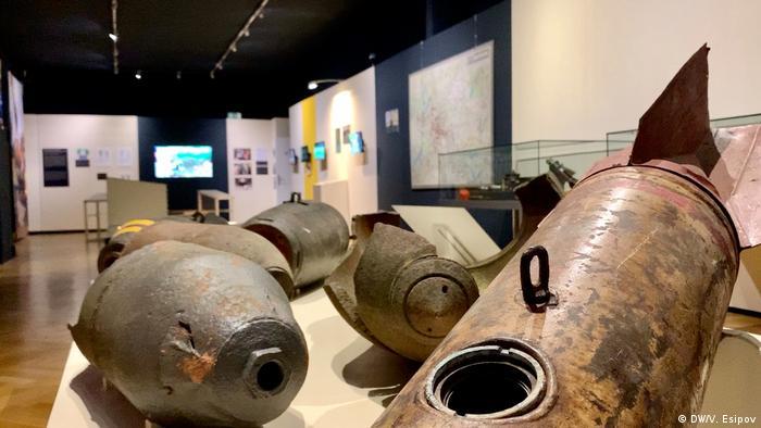 Экспонаты выставки о бомбах времен Второй мировой войны