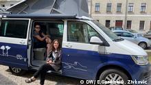 Emily Gordine und Olivera Zivkovic in ihrem Camper.