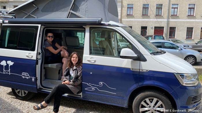 Emily Gordine und Olivera Zivkovic in ihrem Camper. (DW/ E.Gordine/O. Zivkovic )