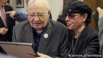 Михаил Горбачев и вокалист группы Scorpions Клаус Майне