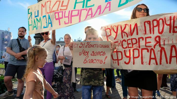 Участники протеста в поддержку бывшего губернатора Хабаровского края Сергея Фургала держат в руках транспарант с надписью Я/Мы мзду не берем. Нам за Фургала обидно.