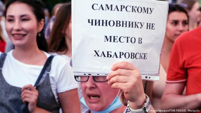 Один из участников протеста в поддержку Сергея Фургала в Хабаровске с лозунгом Самарскому чиновнику не место в Хабаровске на акции 21 июля 2020 года.