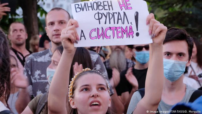 Одна из участниц протеста в поддержку бывшего губернатора Хабаровского края Сергея Фургала в Хабаровске держит плакат с лозунгом Виновен не Фургал, а система.