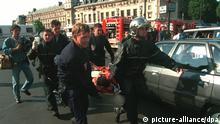 Feuerwehrleute und Polizisten bringen einen von 40 bei dem Anschlag verletzten Menschen aus Metrostation St. Michel in Sicherheit. Bei dem Anschlag in der U-Bahn sind sieben Menschen getötet und 60 weitere verletzt worden. Der Sprengsatz explodierte zur Hauptverkehrszeit kurz nach 17.30 Uhr in einem Zug der Schnellbahn RER, der gerade in der am Rande des Quartier Latin gelegenen Bahnstation Saint-Michel eingefahren war. Noch ist unklar, wer für diese Tat verantwortlich sein könnte. In der französischen Metropole wurden die Sicherheitsmaßnahmen verstärkt. |
