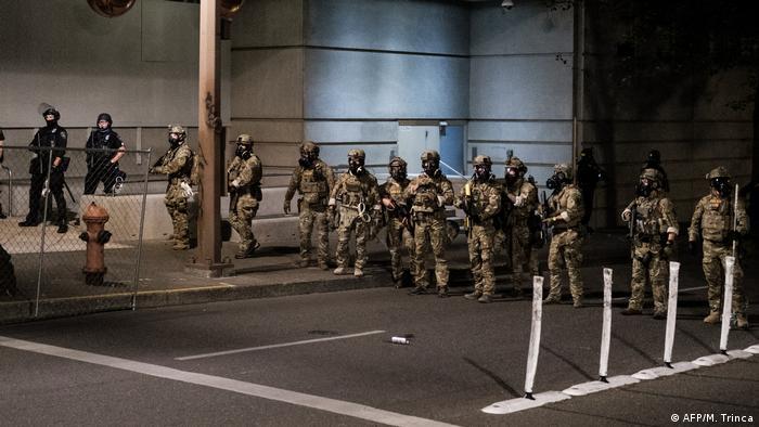 Bundespolizisten stehen in einer Linie vor dem Justice Center in Portland
