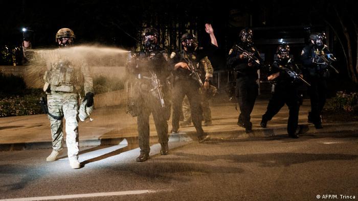 Bundesbeamte setzen Justice Center in Portland, Oregon, Tränengas u gegen Demonstranten ein