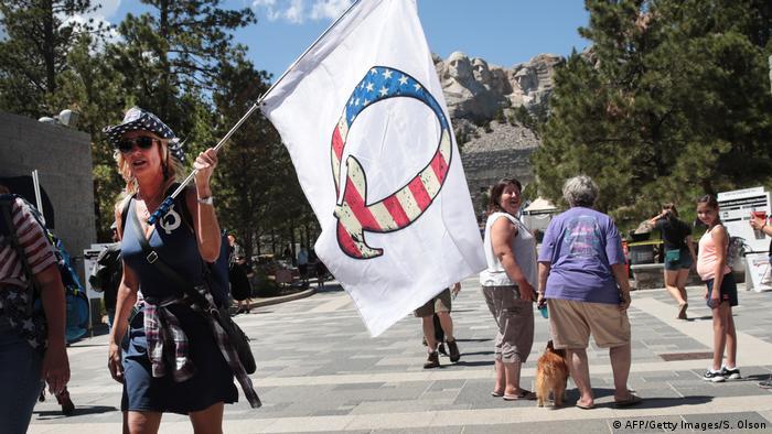 QAnon bayrağı taşıyan bir Trump destekçisi