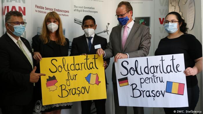 Oana Krichbaum (zweite von links) zusammen mit Chefarzt Thushira Weerawarna (Mitte) und dem Politiker Gunther Krichbaum in Brasov (Kronstadt)