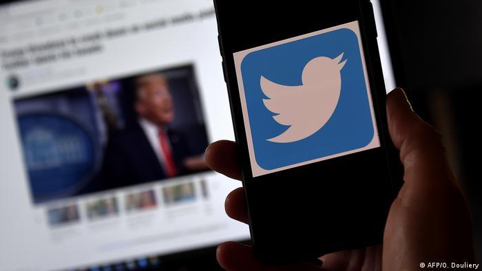 Twitter suspendeu permanentemente perfis associados à teoria da conspiração QAnon