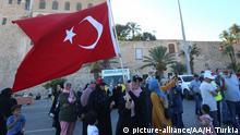 Libyen Tripolis Proteste gegen ägyptischen Präsidenten Al-Sisi   Flagge Türkei