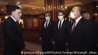 Από τη συνάντηση του Τούρκου υπΕξ Τσαβούσογκου με τον Αλ Σάρατζ στην Τρίπολη τον Ιούνιο