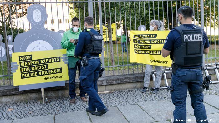 Niemcy eksportują też do USA broń. Na zdjęciu protest Greenpeace przed ministerstwem gospodarki w Berlinie, lipiec 2020