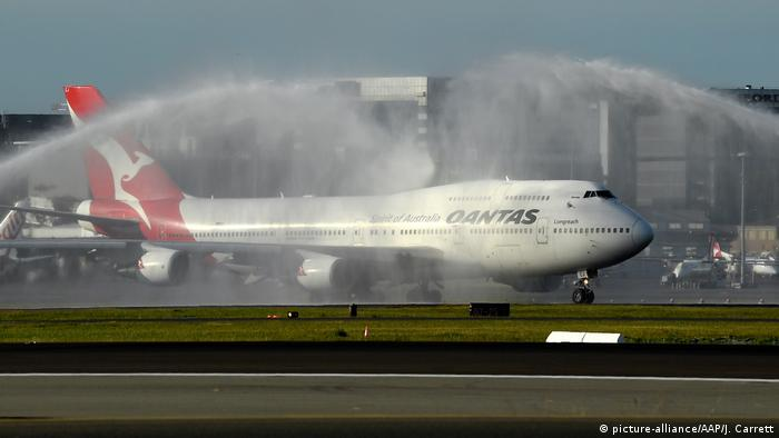 Qantas Airways flight QF7474 taxies as it prepares for take off during an official farewell event for the Qantas 747 fleet at Sydney Airport in Sydney, Wednesday, July 22, 2020. (picture-alliance/AAP/J. Carrett)