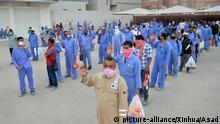 Kuwait Coronavirus Arbeiter warten auf Transport nach Mahboula