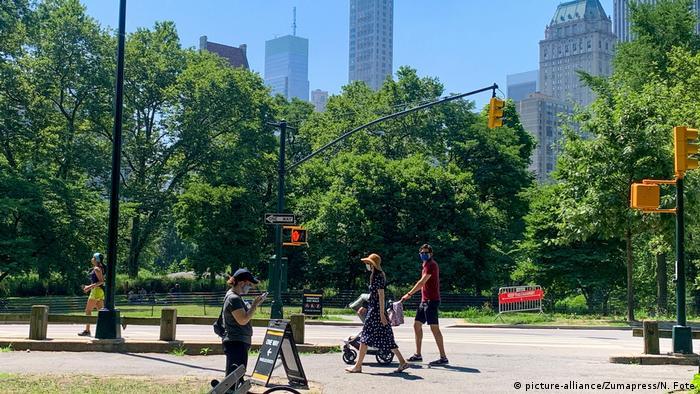 Pessoas caminham no Central Park, em Nova York