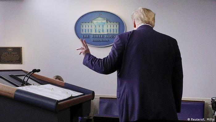 O presidente dos Estados Unidos, Donald Trump, de costas