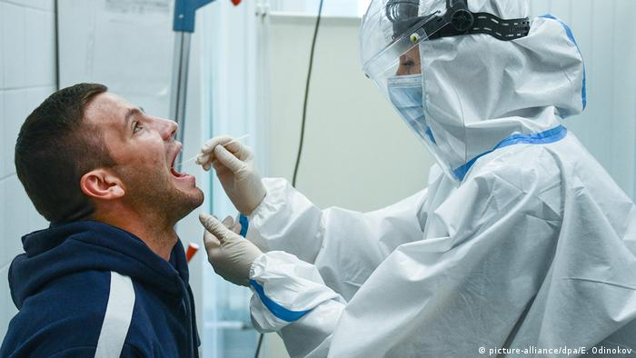 Пациент сдает тест на коронавирус в Москве
