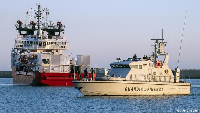 El Ocean Viking, escoltado por una patrullera italiana en una imagen de archivo.
