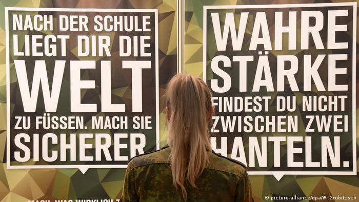 Ringen um Nachwuchs: Werbeplakate der Bundeswehr (Foto: picture-alliance/dpa/W. Grubitzsch)