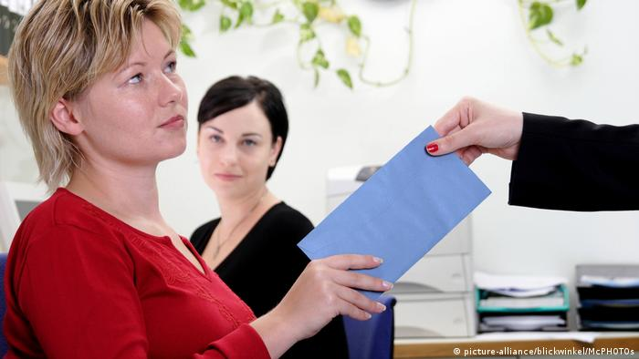 Frau bekommt blauen Brief (picture-alliance/blickwinkel/McPHOTOs)
